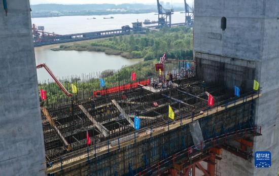 盛煌测速:南京仙新路长江大桥北主塔下横梁开始混凝土浇筑